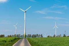 Windwheels и проселочная дорога Стоковое фото RF