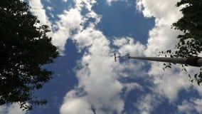 Windwijzer op een achtergrond van blauwe hemel met wolken stock video