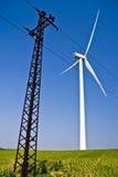 Windwill en hoogspanning en blauwe hemel Stock Foto's