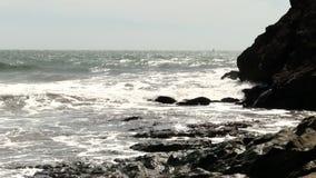 Windy Day Ocean Waves On Rocky Shore Marin California banque de vidéos