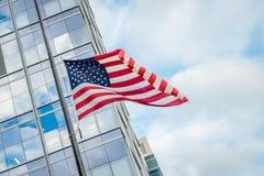 Windy Flag dans la ville photographie stock libre de droits