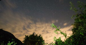 Windy Sunset Clouds Motion Cielo notturno stellato Timelapse di bella notte stock footage