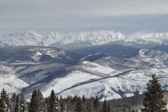 Windy Winter Day i Gore Range, Beaver Creek Ski Area, Avon, Colorado Arkivfoto
