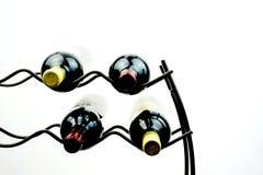 Wine auf dem Gestell, das auf einfachem weißem Hintergrund dargestellt wird Lizenzfreie Stockfotografie