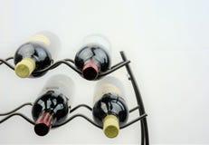 Wine auf dem Gestell, das auf einfachem weißem Hintergrund dargestellt wird Lizenzfreies Stockbild