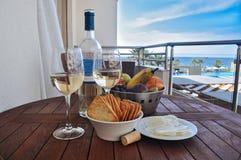 Wine avec le casse-croûte sur un fond de la mer Photographie stock libre de droits