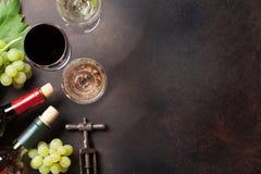 Wine buteljerar och druvor arkivfoto