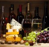 Wine con i vari tipi di formaggi su fondo di legno Fotografia Stock Libera da Diritti