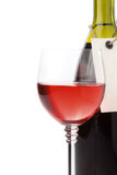 Wine dans la glace et la bouteille d'isolement sur le blanc Images libres de droits