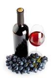 Wine dans un verre et un groupe de raisins Photographie stock libre de droits
