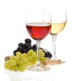 Wine en fruta del vidrio y de la uva en blanco Fotos de archivo libres de regalías