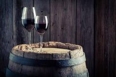 Wine en vidrio con las uvas en barril viejo Fotografía de archivo libre de regalías