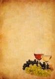 Wine en vidrio y uva en viejo fondo de papel Fotos de archivo libres de regalías