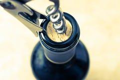 wine för öppning för bakgrundsflaskexponeringsglas Arkivfoton