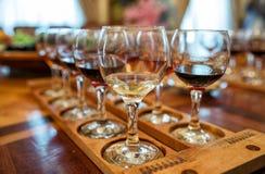 wine för bägarehandavsmakning Arkivfoton