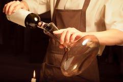 wine för flasköppningssommelier royaltyfri fotografi