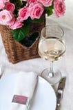 wine för glass ro för korg vit Arkivfoton