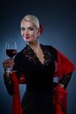 wine för holding för dansareflamenco glass Royaltyfri Bild