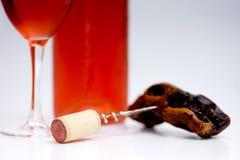 wine för rose för exponeringsglas för bakgrundsflaskkorkskruv vit Royaltyfri Bild