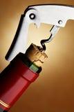 wine för skruv för flaskkorköppning Fotografering för Bildbyråer