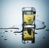 Derrame de shots al caer los limones Royalty Free Stock Photo