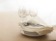 Wine glasses, cutlery, plates and napkins Royalty Free Stock Photos