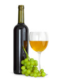 Wine i exponeringsglas med druvor och flaskan Arkivbild
