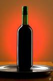 Wine mot färgbakgrund Arkivfoton