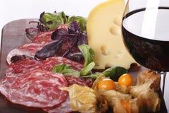 Wine nel fondo dell'alimento e di vetro Fotografia Stock