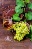 Wine och druvor arkivfoto