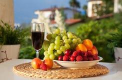 Wine och frukt arkivbilder