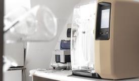 wine& x27; s laboratorium met traditionele en moderne apparaten royalty-vrije stock foto's