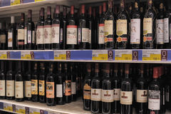 Wine on store shelves Royalty Free Stock Photography