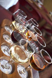 Wine-tasting. восемь бокалов белого и красного вина на дегустации Royalty Free Stock Photos