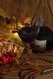 Wine in vetro e bottiglia con i fogli gialli Fotografie Stock Libere da Diritti