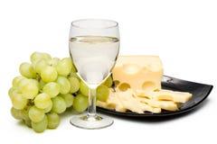 Wine in vetro, uva e formaggio Immagini Stock Libere da Diritti