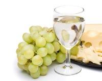 Wine in vetro, uva e formaggio Fotografia Stock