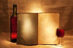 Wine y abra el libro Imágenes de archivo libres de regalías