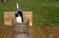 Winebottle на деревянном столе с деревянным стулом Бесплатная Иллюстрация