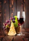 Wineexponeringsglas och ost arkivfoton