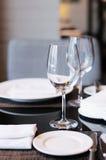Wineexponeringsglas på en bordlägga Royaltyfri Bild