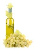 Wineflaska med gröna druvor fotografering för bildbyråer