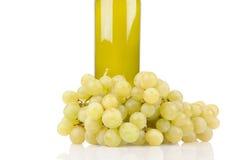 Wineflaska med gröna druvor arkivfoto