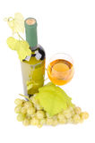 Wineflaska med gröna druvor royaltyfri bild