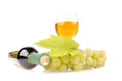 Wineflaska med gröna druvor arkivbild