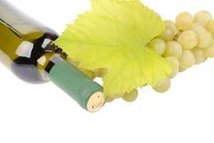 Wineflaska med gröna druvor arkivbilder