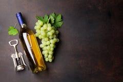 Wineflaska och druvor Arkivbilder
