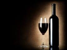 Wineflaska och wineglass på en gammal bakgrund fotografering för bildbyråer