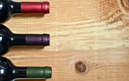 Wineflaska på en tabell Royaltyfria Foton