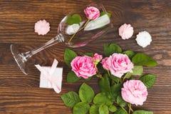 Wineglass με τα ανοικτό ροζ τριαντάφυλλα και τις μαρέγκες Στοκ φωτογραφία με δικαίωμα ελεύθερης χρήσης